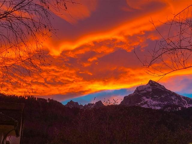 Oranger Himmel über einem Berg.