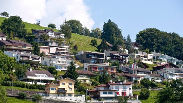 Einfamilienhäuser an einem Hang in der Gemeinde Sarnen.