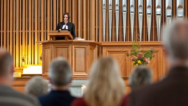 Pfarrerin Thala Linder während eines Gottesdienstes in der evangelisch-reformierten Kirche in Thalwil.