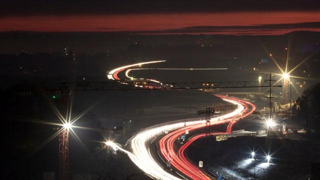 Lichter von Autos bei Nacht.