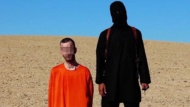 Der Brite neben einem maskierten Mann
