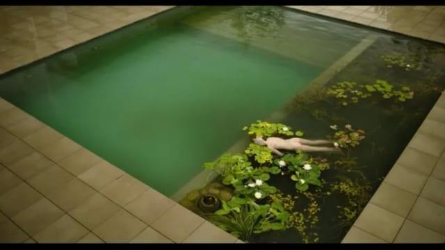 Pool mit Leiche: Auch das ist in der Serie natürlich perfekt inszeniert.