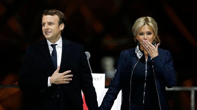 Emmanuel Macron e sia dunna Brigitte.