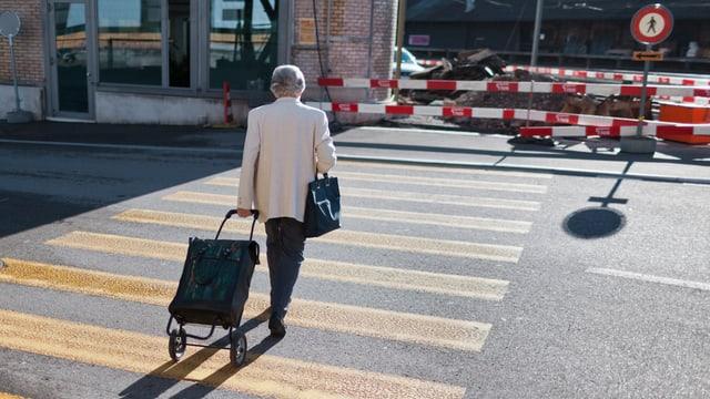 Alte Frau auf Strassenübergang