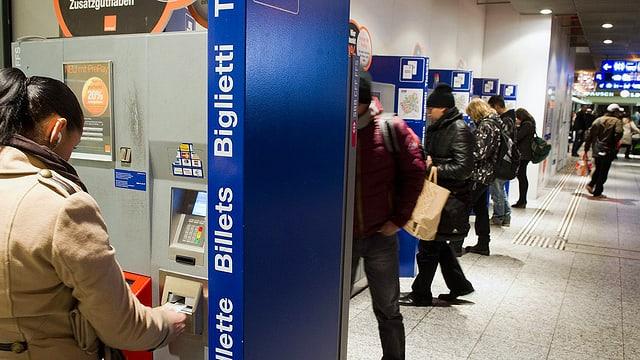 Menschen an Billettautomaten
