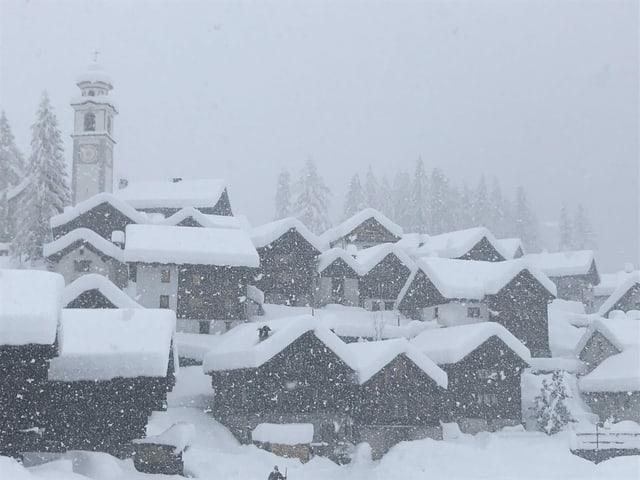 Verschneites Dorf