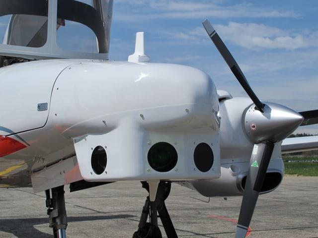 Hinter den Öffnungen unter der Flugzeugfront befinden sich optische Kameras zur Beobachtung des Luftraums.