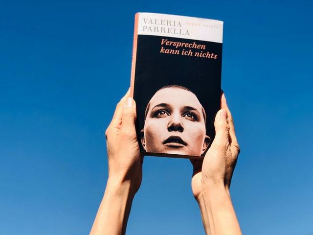 Annette König hält den Roman «Versprechen kann ich nichts» von Valeria Parrella hoch in die Luft
