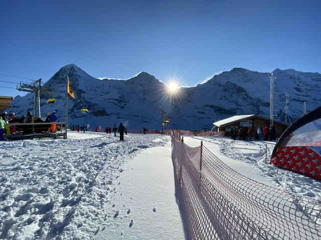 Sonnenaufgang am Lauberhornrennen, besser hätten die Bedingungen an der bekannten Skiabfahrt nicht sein können.