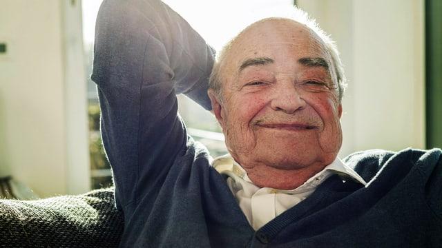 Zufriedener Senior lächelt in die Kamera