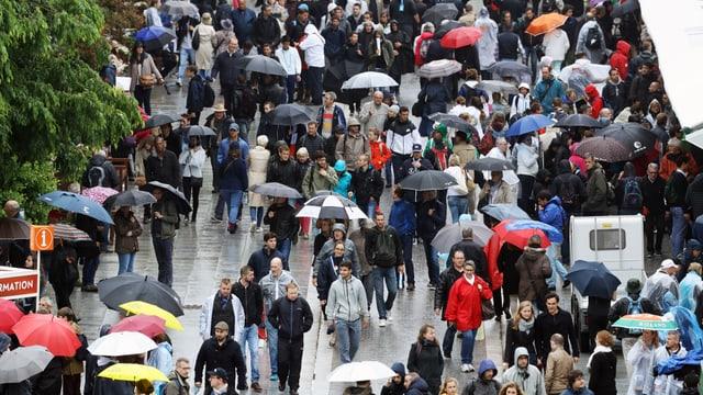 Regen über den Passanten in Paris.