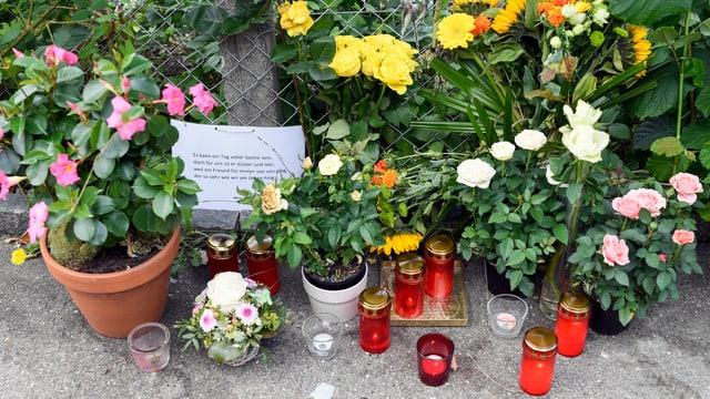 Viele Blumen und Kerzen
