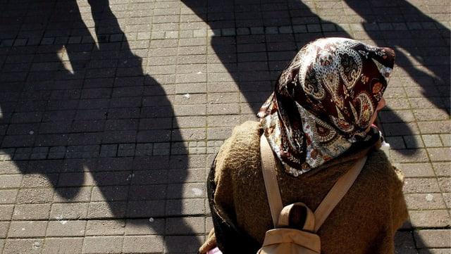 Eine Türkin mit Kopftuch auf einer Strasse