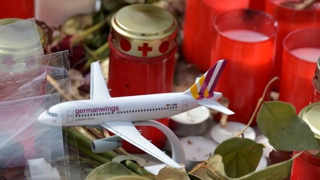 Modell eines Germanwings-Aribus zwischen Trauerkerzen vor dem Hauptsitz der Fluggesellschaft