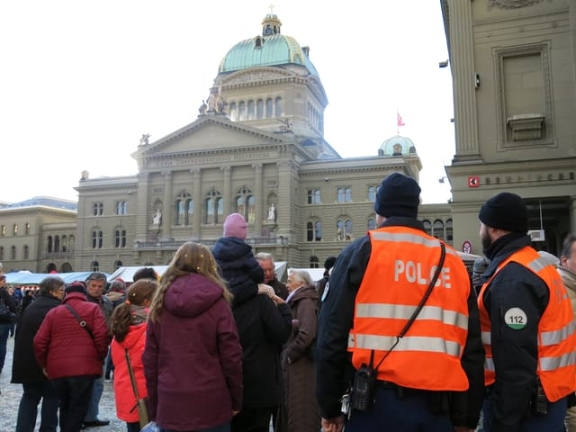 Polizisten am Zibelemärit.