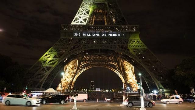 Beleuchteter Eiffelturm.