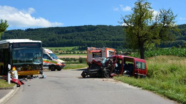 Postauto und zertrümertes Auto