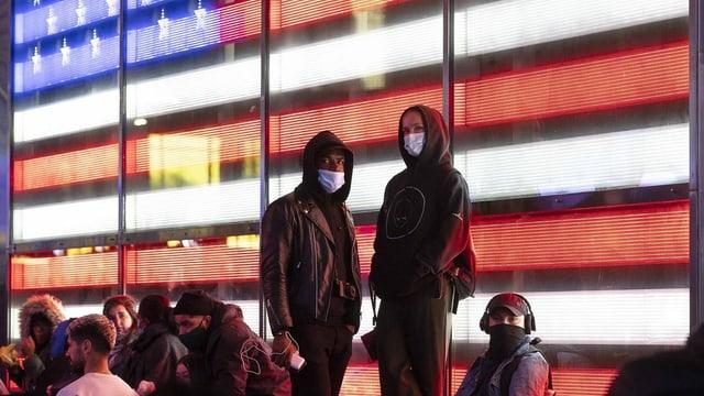 Amerikanerinnen und Amerikaner verfolgen die Wahlnacht am Times Square in New York City.