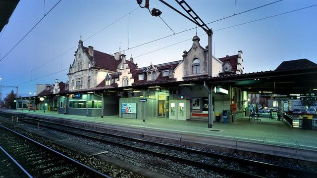 Der Bahnhof Rapperswil in der Abenddämmerung.