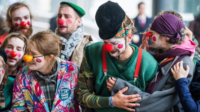 Junge Menschen als Clowns verkleidet.