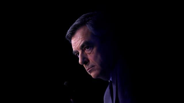 François Fillon vor einem schwarzen Hintergrund