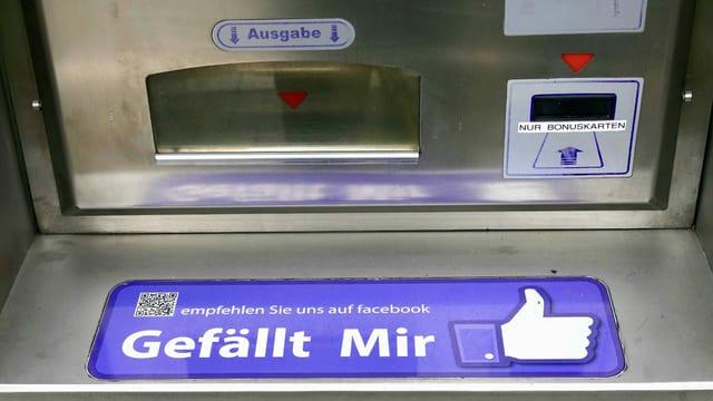 Ein Bankautomat mit Facebook-Logo