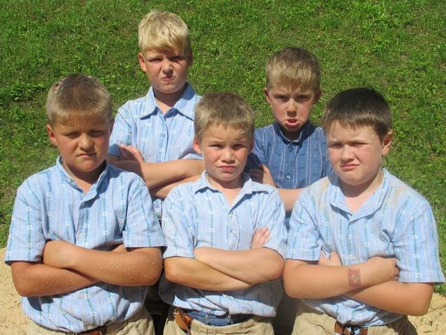 Die Jungschwinger posieren mit bösen Gesichtern für ein Gruppenbild.