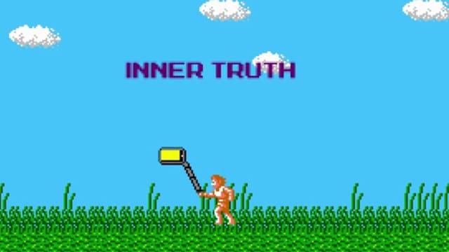 Ein Bild in 8-Bit-Game-Optik. Es zeigt einen Mann mit Selfie-Stick, der auf einer Wiese geht.