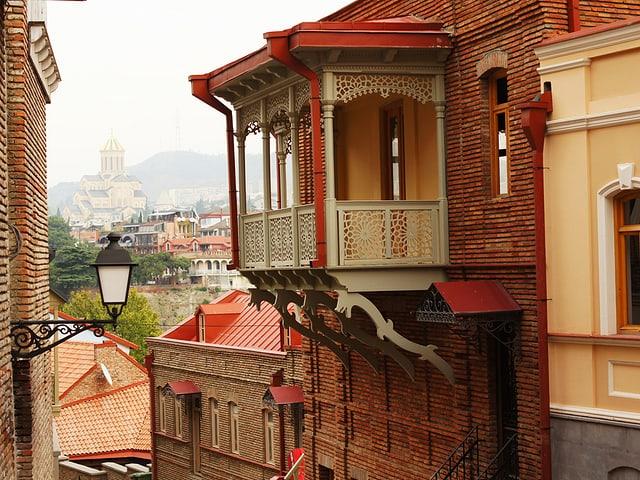 Blick in eine Gasse der Altstadt von Tiflis.