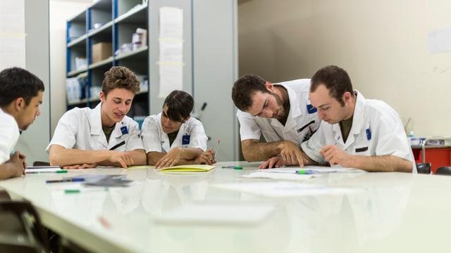 Junge Pfleger am Ausfüllen von Krankenakten
