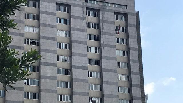 Hochhaus mit beschädigten Fenstern.
