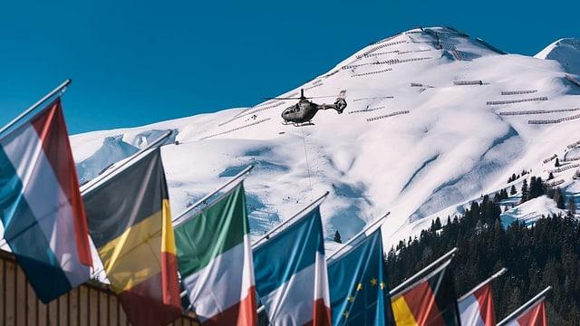 Hubschrauber über dem Davoser Kongresszentrum mit Landesfahnen