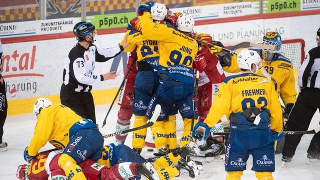 Ina gruppa da giugaders da hockey davant il gol, la porta.