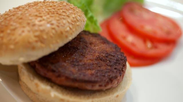 Ein künstlich kultivierter Burger in Nahaufnahme.