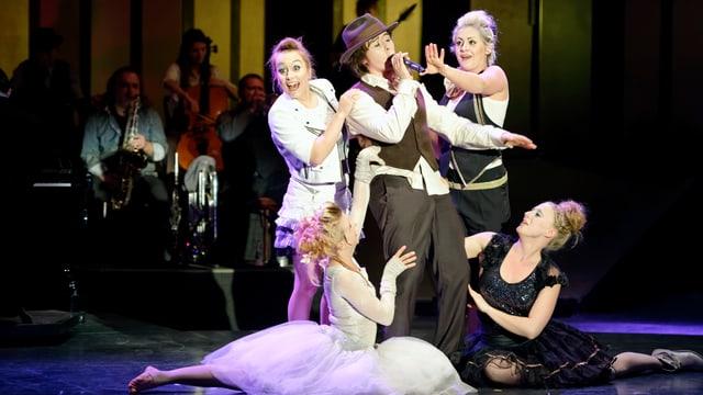 Fünf Frauen, eine singt und die anderen tanzen um sie herum.