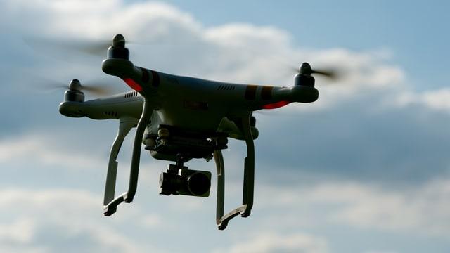 Eine Drohne mit einer Kamera schiesst Bilder aus der Luft.