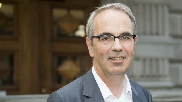 Portrait eines Mannes mit Brille.
