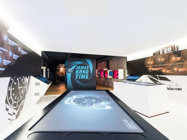 Ein leuchtender Museumraum mit Displays und interaktiven Bildschirmen.