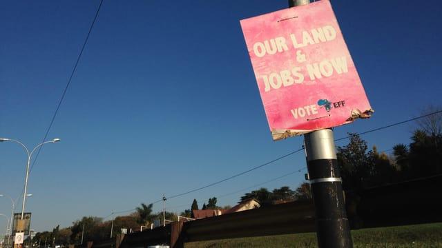 Wahlplakat an einer Strasse. Darauf steht: Unser Land und Jobs jetzt.