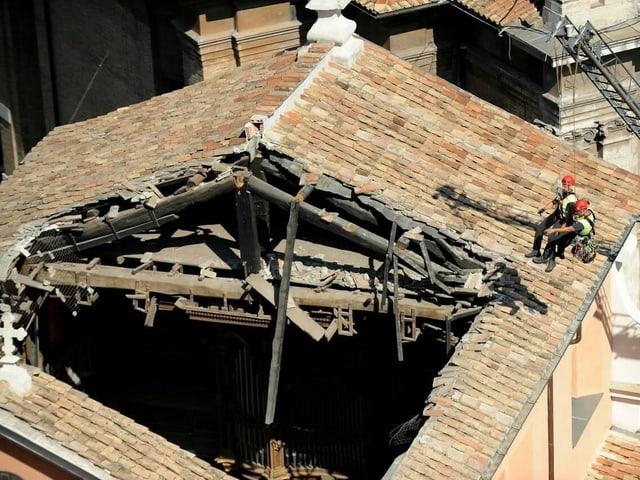 Arbeiter auf Dach
