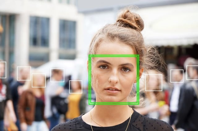 Junge Frau, ihr Gesicht ist grün umrahmt