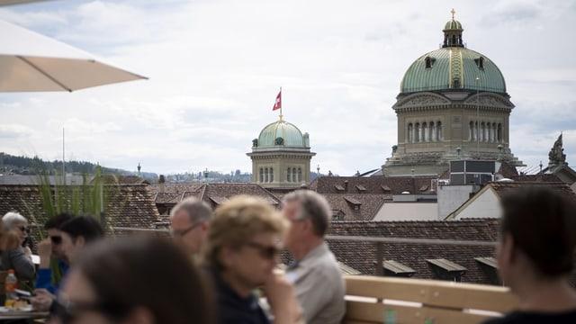 Vista sin la Chasa federala a Berna dad ina ustaria en la citad viglia da Berna.