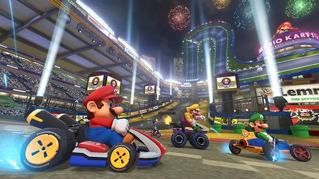 Mario und Co. in ihren Wagen auf der Kartrennbahn.