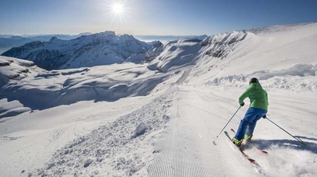 Skifahrer fahrt über Skipiste