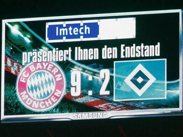 Anzeigetafel im Fussballstadion mit 9:2 für die Bayern gegen den HSV.