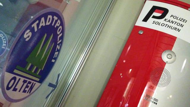Eingang des Oltner Stadthauses. Ein Pfeil zeigt auf den Eingang des Stadtpolizei-Postens, daneben die Notrufsäule der Kantonspolizei Solothurn.