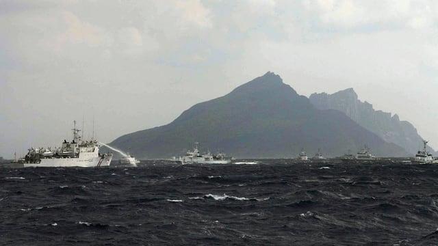 Insel mit einem Schiff im Vordergrund.