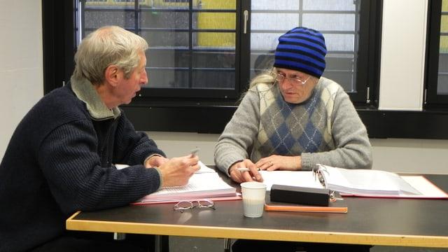 Marco Camenisch trägt eine blauschwarz-gestreifte Kappe.