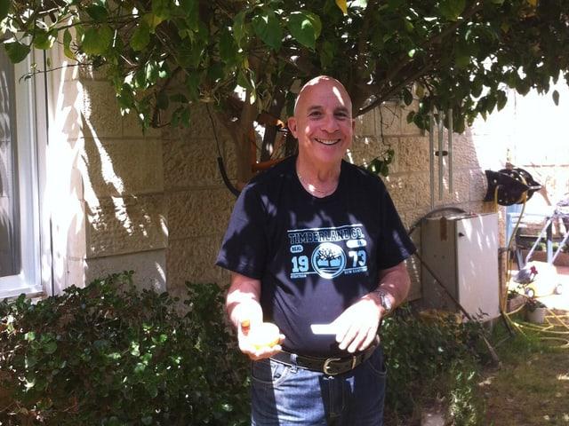 Jonathan Livny, Rechtsanwalt in Jerusalem und Gründer der «Israel Wagner-Society», im Schatten eines Orangenbaumes.