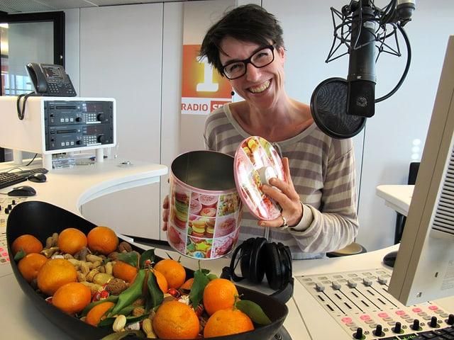 Moedratorin Joëlle Beeler im Radiostudio.